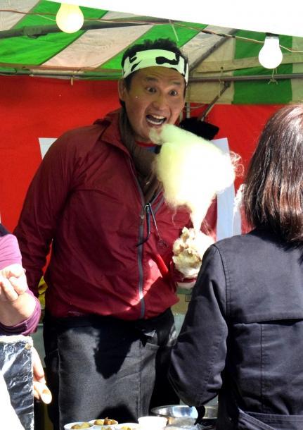 炭坑節まつりで綿菓子を販売した元貴乃花親方の花田光司さん=4日、福岡県田川市 201811