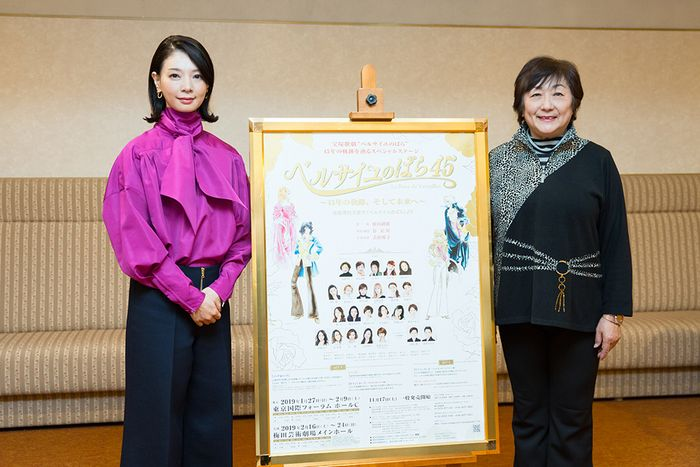 写真・図版 : 榛名由梨(右)と朝海ひかる=岸隆子撮影