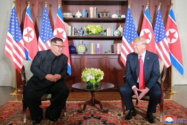 写真・図版 : シンガポールで会談するトランプ米大統領(右)と北朝鮮の金正恩朝鮮労働党委員長=朝鮮中央通信が2018年6月13日に配信