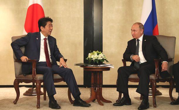 写真・図版 : ロシアのプーチン大統領(右)との首脳会談に臨む安倍晋三首相=2018年11月14日、シンガポール