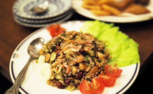 お茶の葉サラダとダンバウ ミャンマー逃れ30年