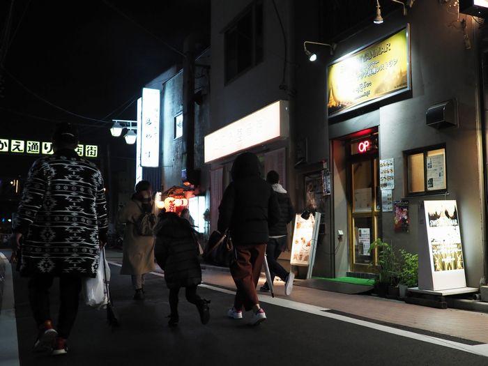 写真・図版 : 仕事帰りの人々から、飲み会に行く学生たち、親子連れまで、皆楽しげに商店街を行き来していた