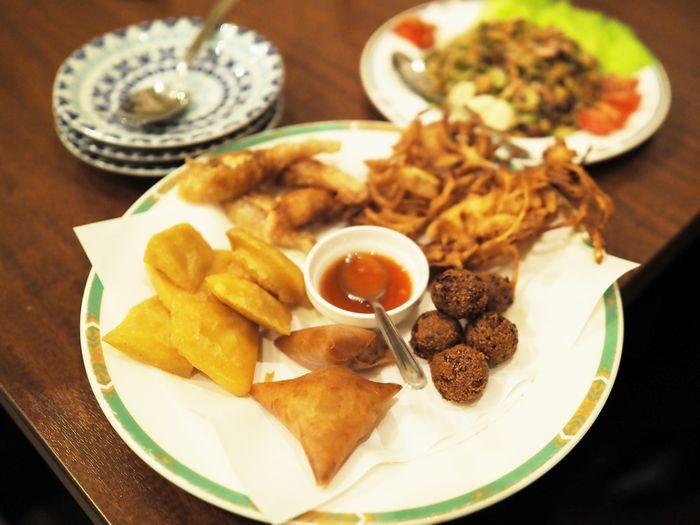 写真・図版 : 食欲をそそる揚げ物の盛り合わせ