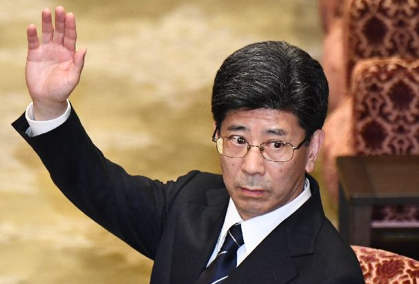 衆院予算委での証人喚問で挙手する佐川宣寿・前国税庁長官=2018年3月27日