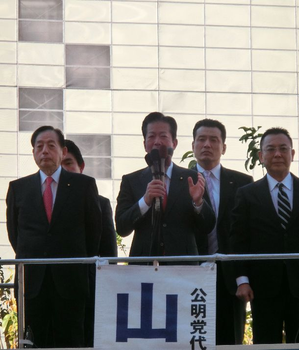新春恒例の街頭演説をする公明党の山口那津男代表=2019年1月2日、JR新宿駅前