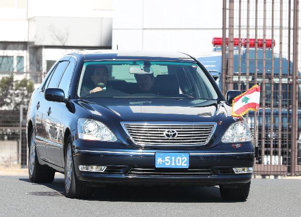 ゴーン容疑者が勾留されている東京拘置所から出るレバノン大使館の車両=2019年1月11日、東京都葛飾区