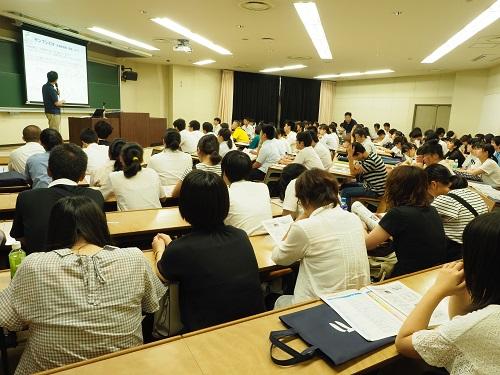 写真・図版 : オープンキャンパスにおける食農学類模擬授業の様子=2018年8月5日、福島大学金谷川キャンパス