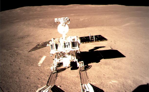 写真・図版 : 嫦娥4号から月面に降りる探査車「玉兎2号」=国家航天局提供