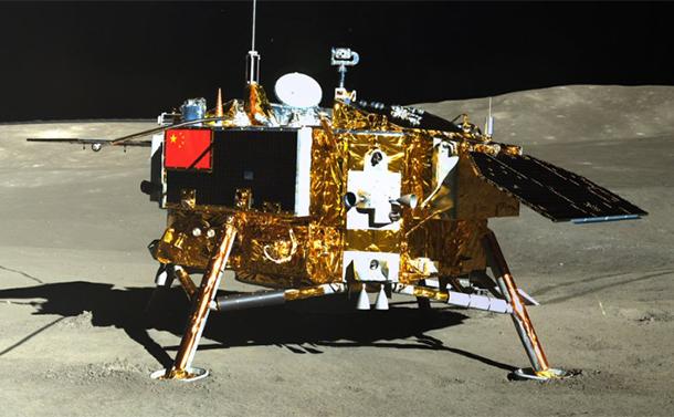 写真・図版 : 探査車側から撮影された月面上の嫦娥4号=国家航天局提供