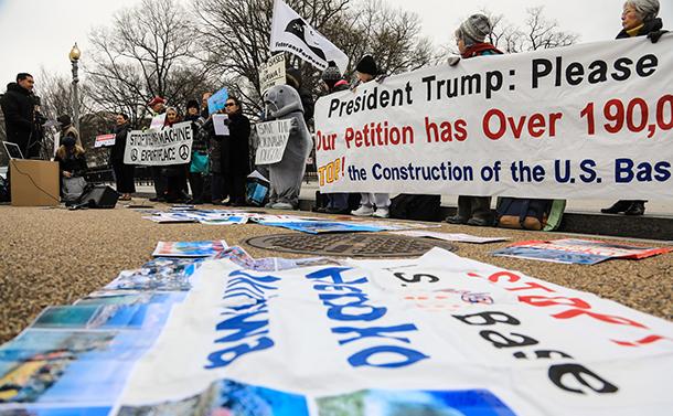 写真・図版 : 米ホワイトハウス前で辺野古移設に対し抗議運動をする人たち=2019年1月7日、ランハム裕子撮影