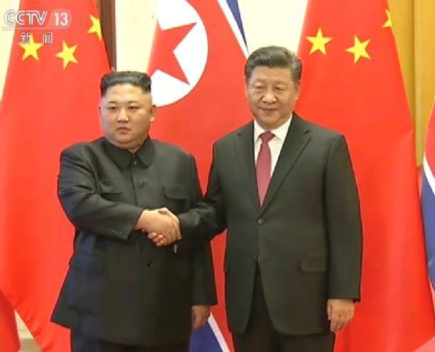 写真・図版 : 1月8日、北京の人民大会堂で握手する北朝鮮の金正恩・朝鮮労働党委員長(左)と習近平国家主席=2019年1月10日、国営中国中央テレビの映像から