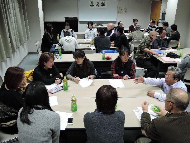 写真・図版 : 2015年統一地方選を控え、長野県佐久市で開かれた、市議による地方議員になるための市民向けの勉強会=2015年1月29日、佐久市