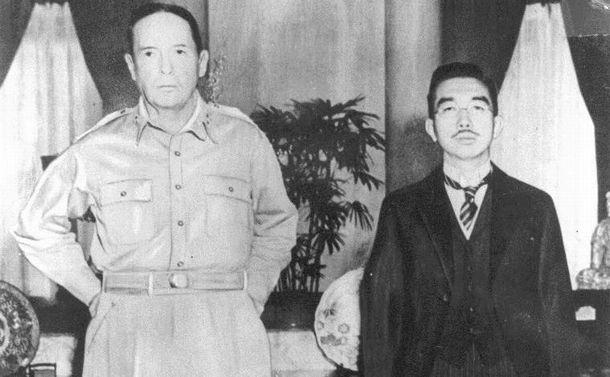 1945年のツーショット――勝者と敗者の表情