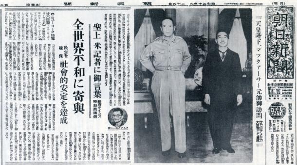 写真・図版 : 1945年9月29日付「朝日新聞」の一面。写真の左はアメリカ「ニューヨークタイムズ」記者の天皇会見記