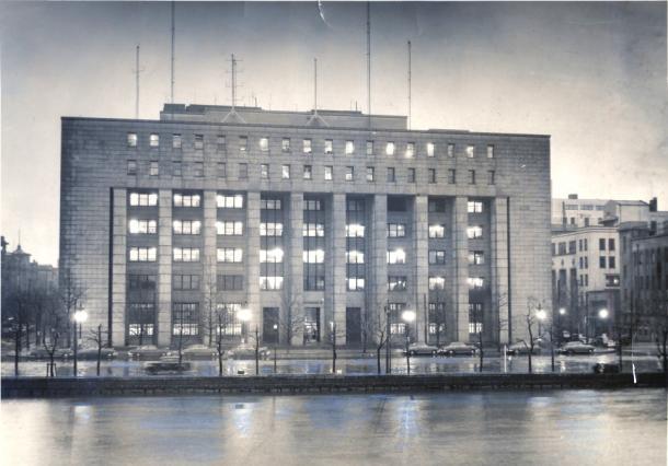 GHQに接収された東京・有楽町の第一生命ビル=1951年4月撮影