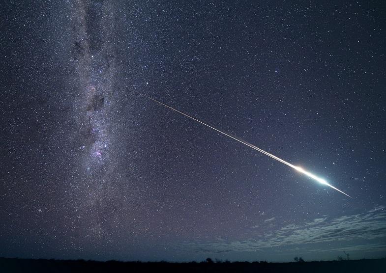 写真・図版 : 燃え尽きながら地球に帰還する小惑星探査機「はやぶさ」と回収カプセル=2010年6月13日、豪州南部グレンダンボ近郊、東山正宜撮影