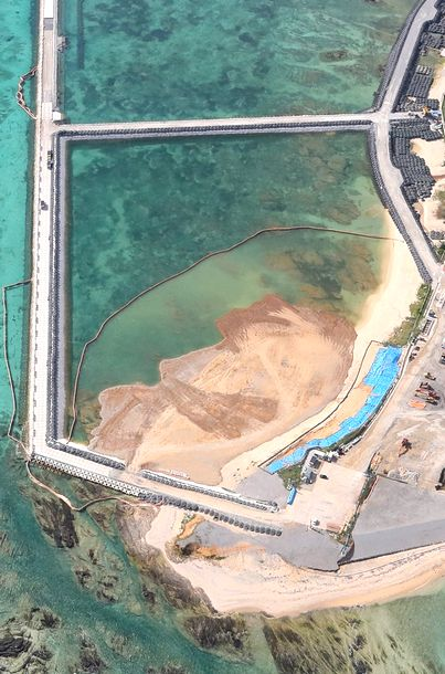 写真・図版 : 埋め立てが進む米軍キャンプ・シュワブ沿岸部=2019年1月13日午後、沖縄県名護市