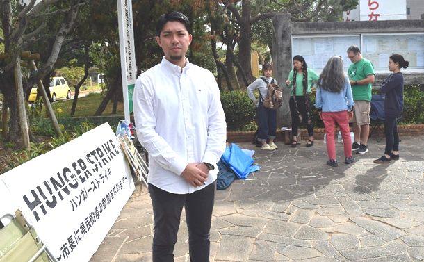 写真・図版 : 不参加を表明した5市での投票実施を求め、ハンガーストライキを始めた「『辺野古』県民投票の会」の元山仁士郎代表。応援する人たちも集まった=2019年1月15日、沖縄県宜野湾市