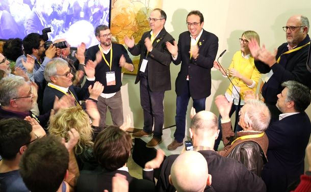 写真・図版 : 支持者らと選挙結果を喜ぶ、独立派政党「ともにカタルーニャ」の候補者ら=2017年12月21日、バルセロナ