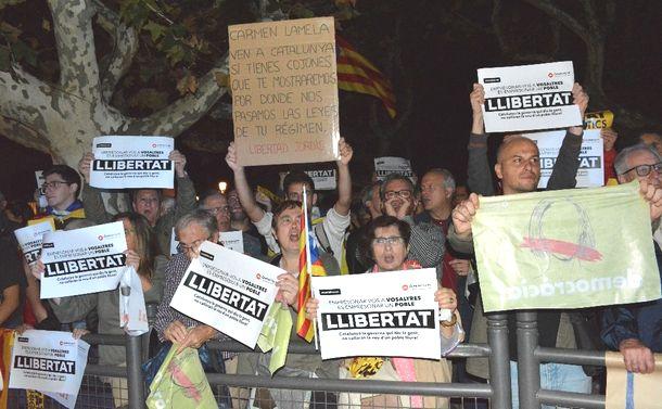 写真・図版 : スペインのカタルーニャ州議会前で解任された州幹部の勾留に反発する人たち=2017年11月2日、バルセロナ