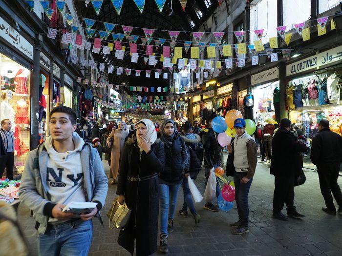写真・図版 : 米軍撤退のニュースが流れた2018年12月20日、シリアの首都ダマスカスの旧市街にある市場は買い物客でにぎわっていた。市民はニュースを喜ぶ一方、「クルド人とは戦いたくない」との声も聞かれた