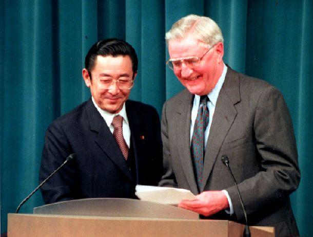 写真・図版 : 普天間飛行場の返還問題について記者会見する橋本龍太郎首相。右はモンデール駐日米大使=1996年4月12日、首相官邸