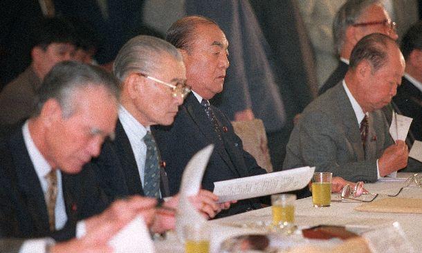 写真・図版 : 歴代首相が顔をそろえた財政構造改革会議。左から村山富市前首相、竹下登元首相、中曽根康弘元首相、宮沢喜一元首相=1997年5月28日、首相官邸
