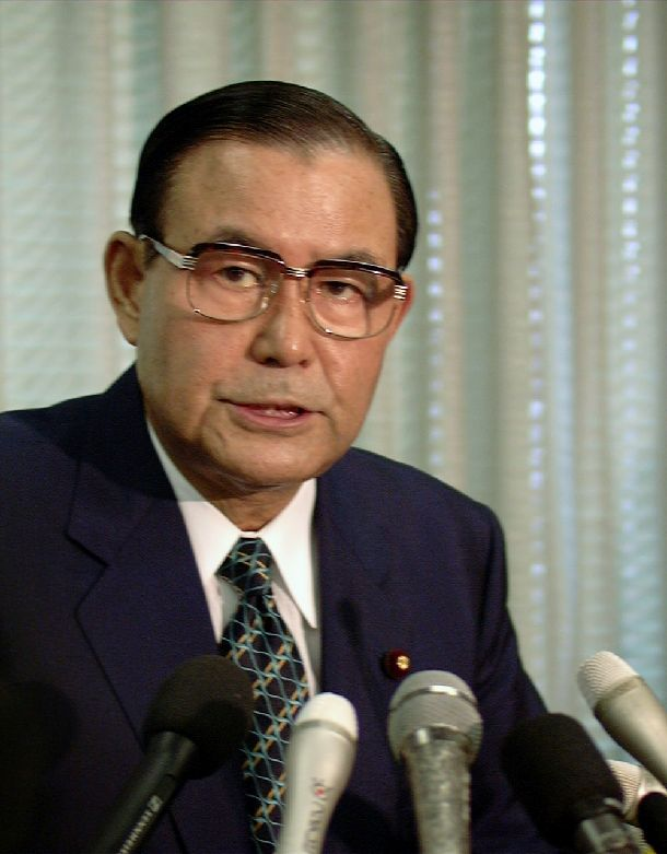 写真・図版 : 記者会見で辞任を表明する佐藤孝行・総務庁長官=1997年9月22日、総務庁