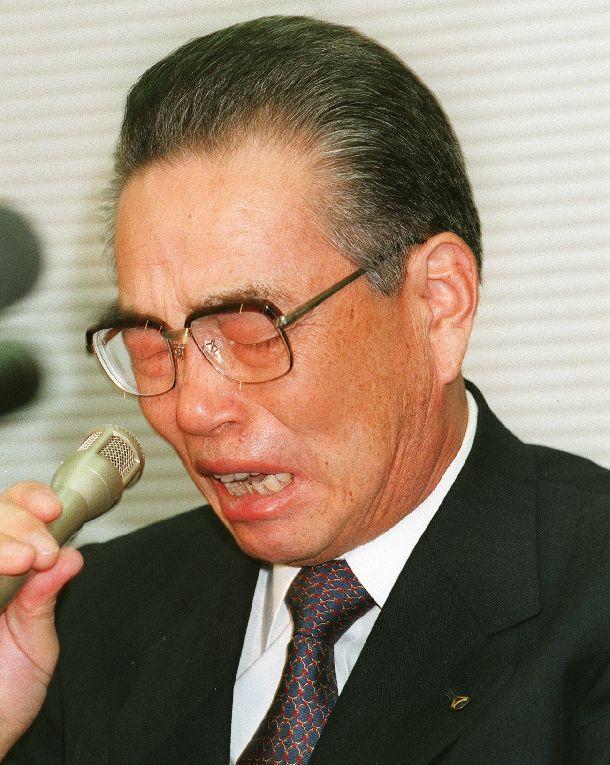 写真・図版 : 「私らが悪いんです。社員は悪くございません」。記者会見の席上、立ち上がり涙声で訴えた山一証券の野沢正平社長=1997年11月24日、東京証券取引所