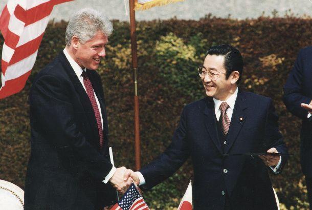 写真・図版 : 「日米安全保障共同宣言」に署名したあと握手するクリントン大統領(左)と橋本首相=1996年4月17日、東京・元赤坂の迎賓館