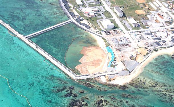 写真・図版 : 埋め立てが進む米軍キャンプ・シュワブ沿岸部=2019年1月13日、沖縄県名護市