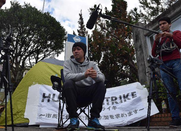 写真・図版 : 抗議のハンガーストライキを中止した「『辺野古』県民投票の会」の元山仁士郎代表。県民投票の行方はどうなるのだろうか=2019年1月19日、沖縄県宜野湾市