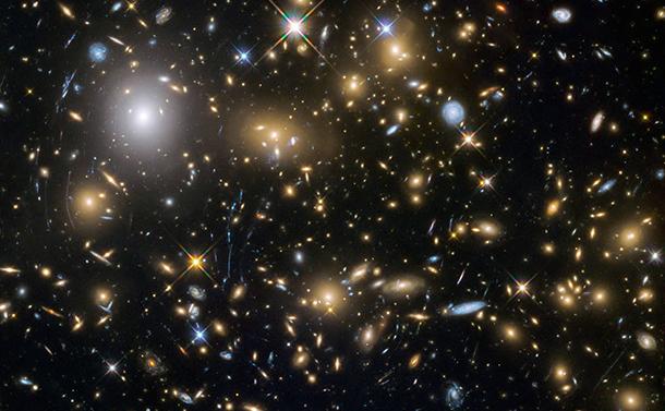 写真・図版 : ハッブル宇宙望遠鏡がとらえた非常に遠くの銀河。ビッグバンからわずか6億年後にできたものもある(NASA提供)
