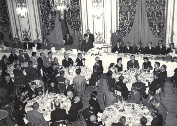 写真・図版 : 講和条約締結のためサンフランシスコを訪れた日本全権団を歓迎する在留邦人主催の歓迎会=1951年9月4日、米サンフランシスコ・フェアモントホテル