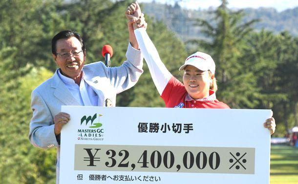 写真・図版 : 昨年も日本で賞金女王。韓流ゴルフブームをつくったアン・ソンジュ選手=2018年10月撮影。韓国でキャディーさんと話すと、また未知の韓国語にも遭遇します