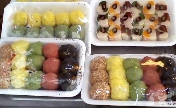 写真・図版 : 韓国で祝い事などに食べる餅「トク」。「絵に描いた餅」ということわざは同じでも、餅のイメージが少し違うようです。