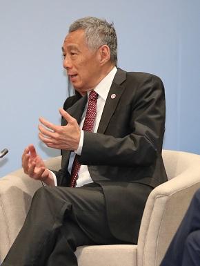 写真・図版 : 安倍晋三首相との首脳会談に臨むシンガポールのリー・シェンロン首相=2018年11月15日、シンガポール