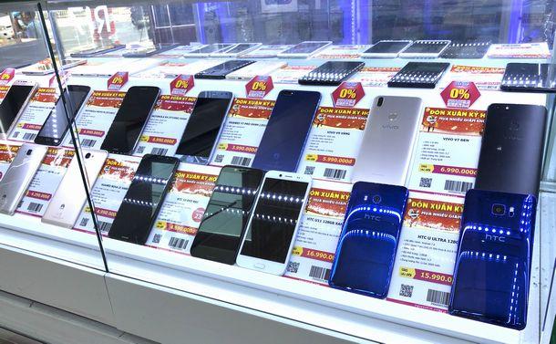 写真・図版 : 中国製の携帯電話も数多く並ぶホーチミン中心街の電器店=2019年1月22日、筆者撮影