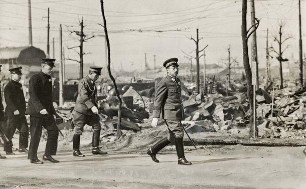 空襲の後、徒歩で焦土となった都内を視察する昭和天皇。後ろに蓮沼蕃侍従武官長、藤田尚徳侍従長、木戸幸一内大臣が続く。武官長は陸軍軍装東京都深川区の富岡八幡宮境内1945年3月18日