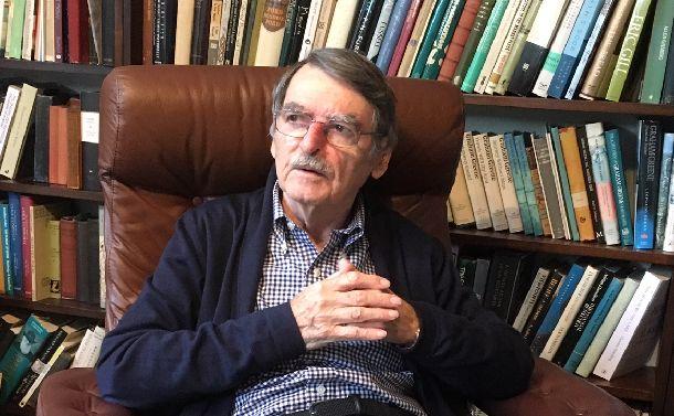 バーミンガムの自宅の書斎で語るデイヴィッド・ロッジさん