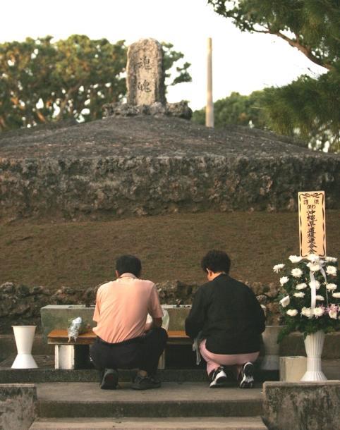 写真・図版 : 沖縄県糸満市の「魂魄の塔」