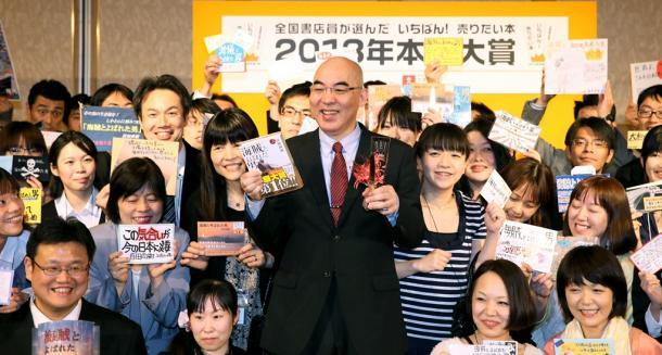写真・図版 : 『海賊とよばれた男』が書店員の選ぶ本屋大賞に選ばれるなど、百田尚樹氏の小説は人気だ=2013年