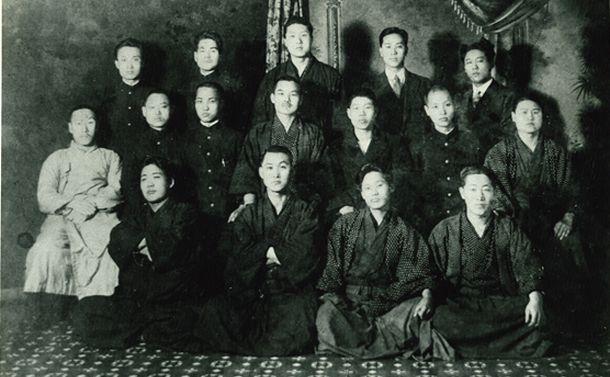 写真・図版 : 2.8東京朝鮮留学生独立宣言の立役者たち。監獄から出獄した1920年4月ごろの写真=在日本韓国YMCAのHPより