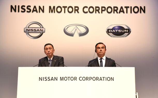 写真・図版 : 株主総会に出席した日産自動車のカルロス・ゴーン会長(右)と西川広人社長