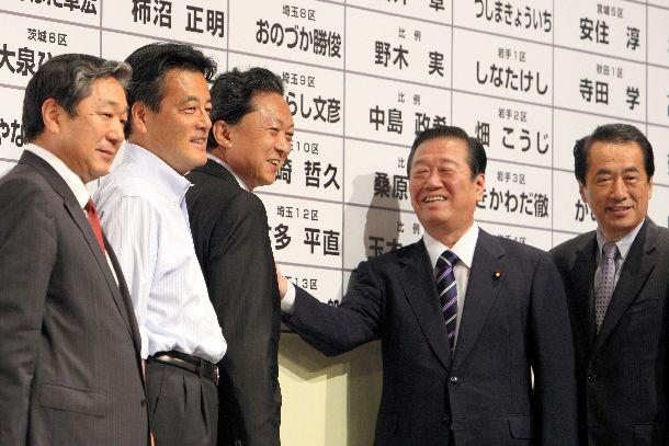 写真・図版 : 2009年夏、歴史的な政権交代を実現した衆院選で当選者の名前に花をつける民主党の鳩山由紀夫代表(中央左)と小沢一郎代表代行(同右)ら。政権交代可能な二大政党制に道を開いたかに見えたが=2009年8月30日、東京都港区の民主党開票センター