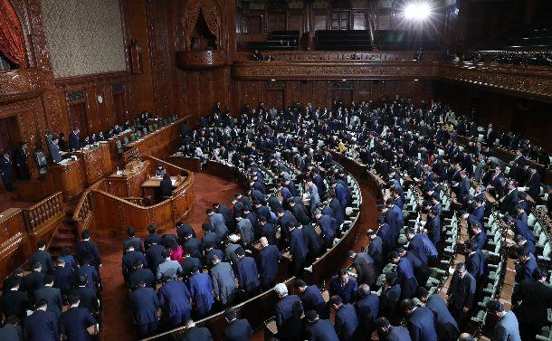 写真・図版 : 平成最後の年末、臨時国会の衆院本会議が散会し席を立つ議員ら。ポスト平成の議会はどんなかたちになるのだろうか=2018年12月10日