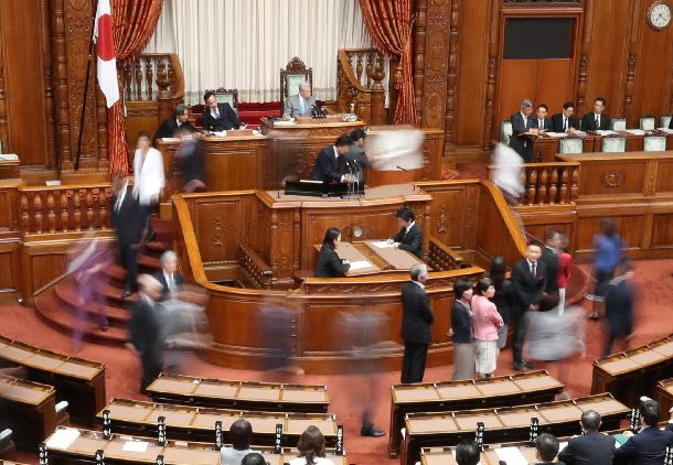 写真・図版 : 共謀罪の参院本会議での採決時、一部野党議員は時間をかけて投票する牛歩戦術で抵抗したが……= 2017年6月15日、国会