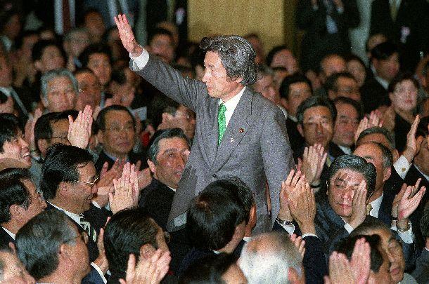 写真・図版 : 自民党新総裁に選ばれ、拍手にこたえる小泉純一郎氏。「自民党をぶっ壊す」と高唱し、世論の支持を集めた=2001年4月24日、自民党本部