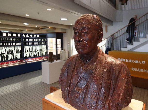 写真・図版 : 福澤記念館にある福澤諭吉の銅像=2018年1月31日、大分県中津市