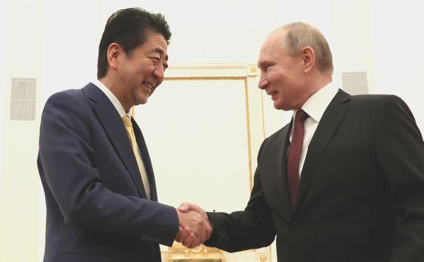 写真・図版 : 首脳会談の冒頭、ロシアのプーチン大統領(右)と握手を交わす安倍晋三首相=2019年1月22日、モスクワのクレムリン